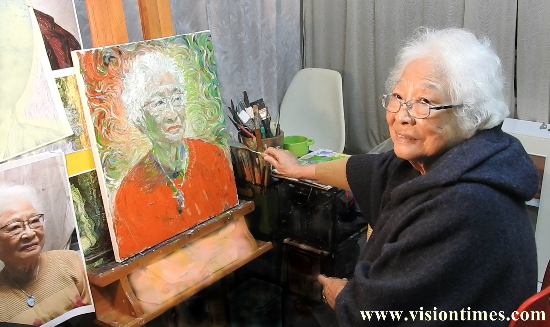 Wang Chen Min-chu paints her self-portrait in her studio on the outskirts in Taipei, Taiwan. (Image: Billy Shyu/ Vision Times)