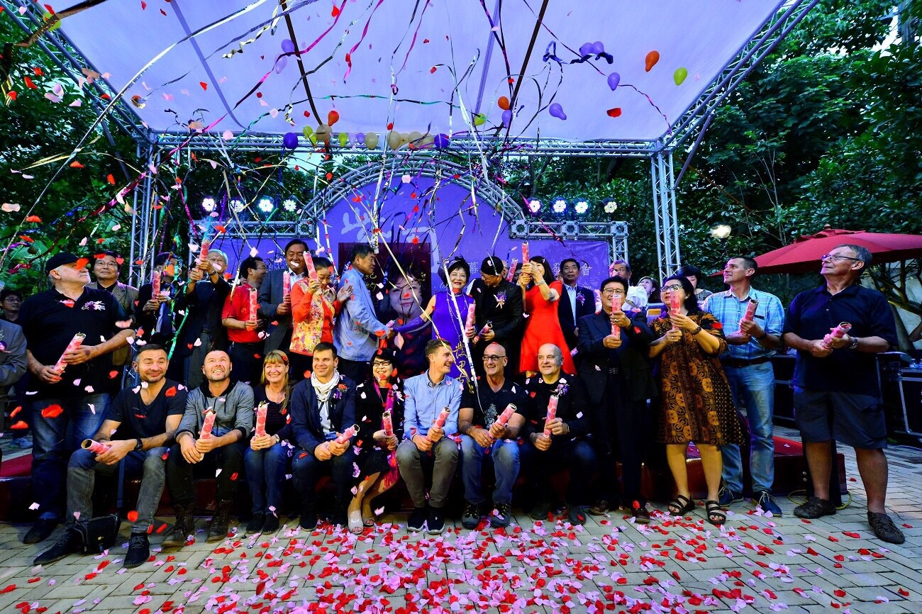 Attended by 380 guests from 26 countries, the opening ceremony of Amy Liang Bonsai Museum was held along with the launch ceremony of her memoir on November 3, 2017, in Taipei, Taiwan. (Image: Courtesy of Jenny Zhang)
