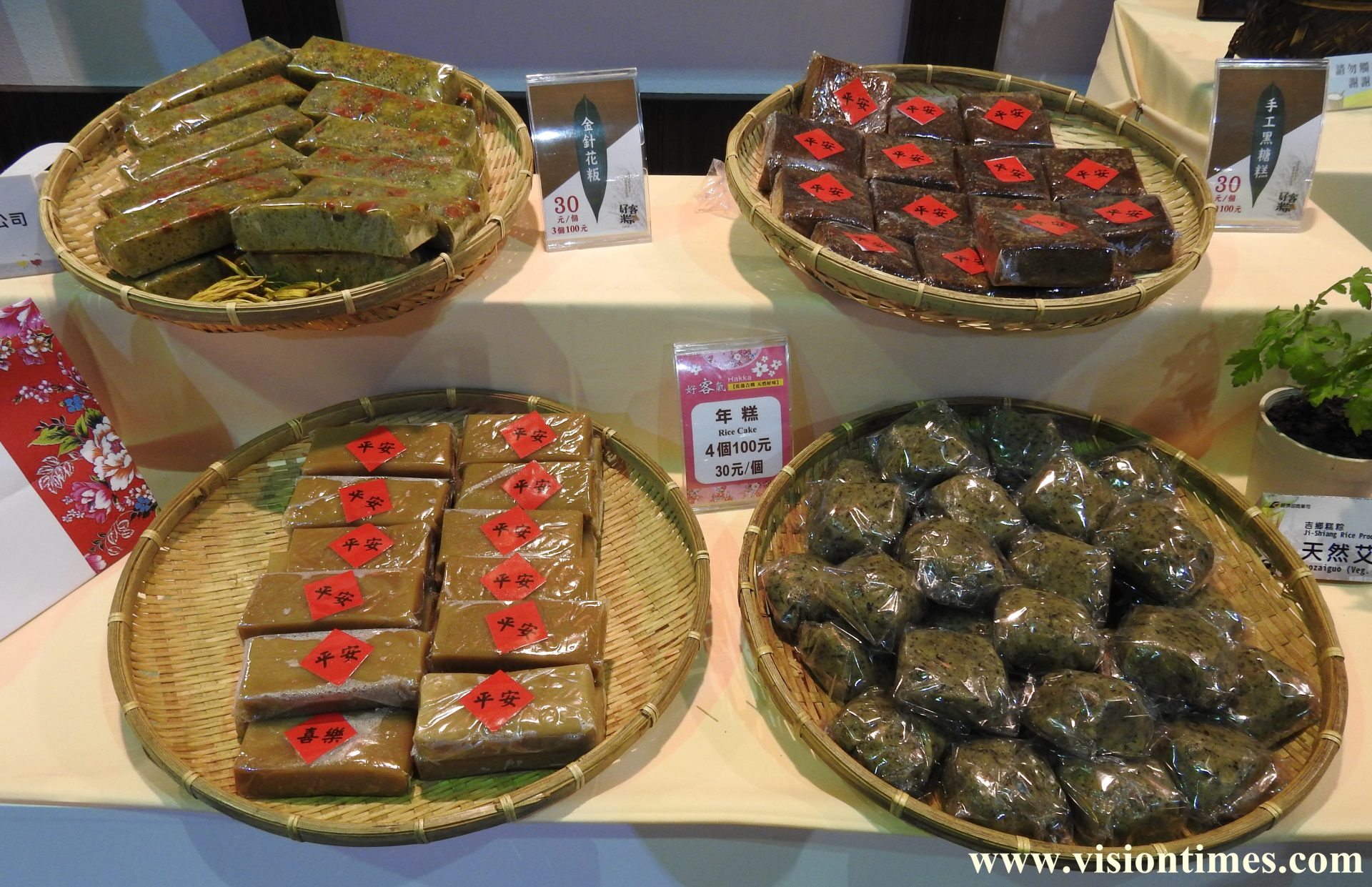 A variety of traditional Hakka rice cakes are available at the Hakka Expo. (Image: Billy Shyu/Vision Times)