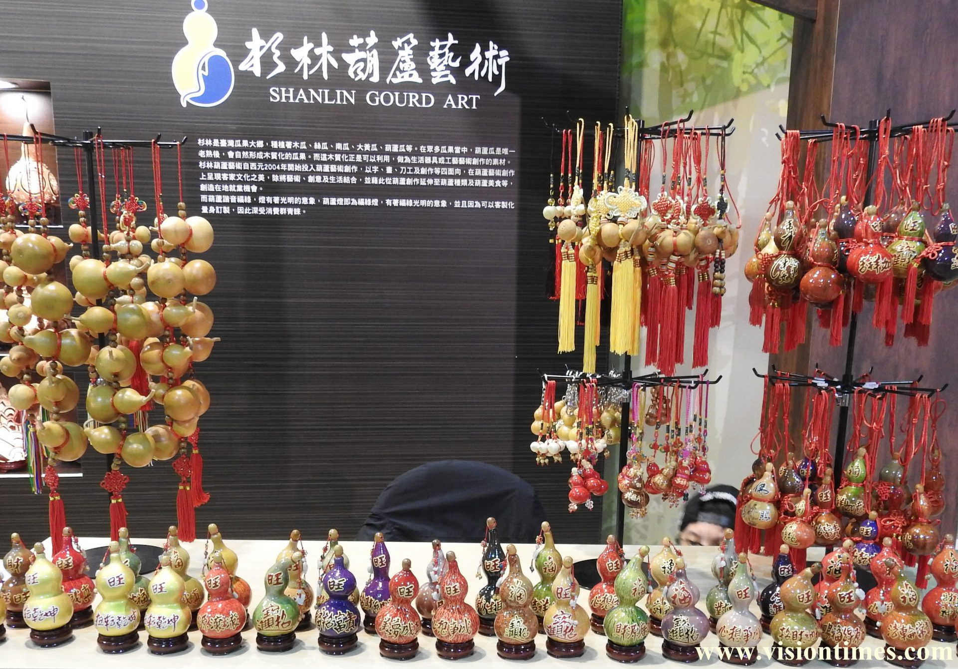 The Unique bottle gourd carvings displayed at the 2017 Hakka Expo (Image: Julia Fu / Vision Times)