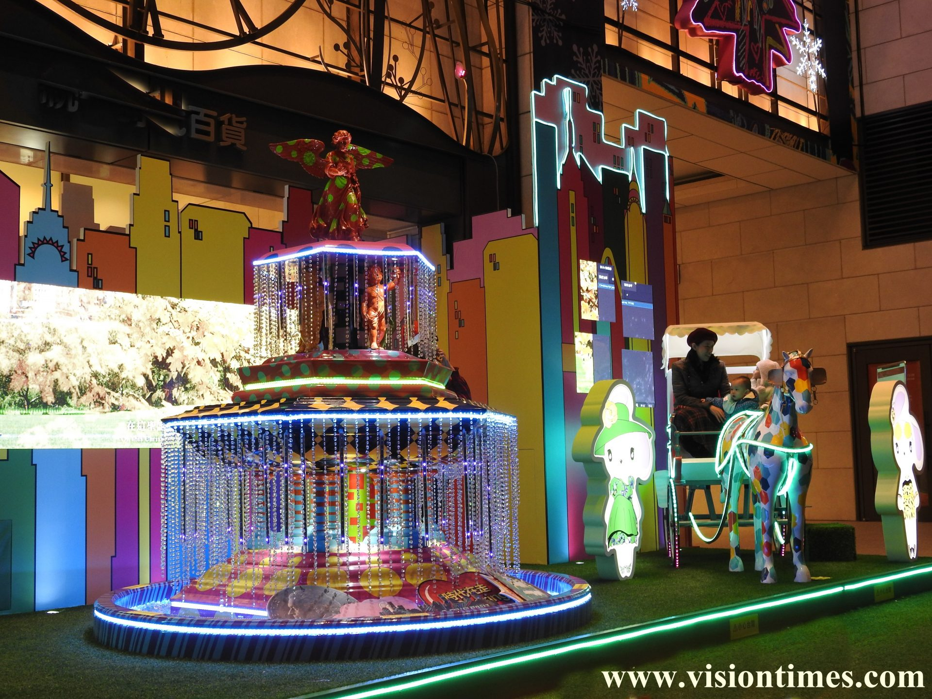 The glittering Christmas decorations at a department store in Taipei City's Xinyi District (Image: Billy Shyu / Vision Times)