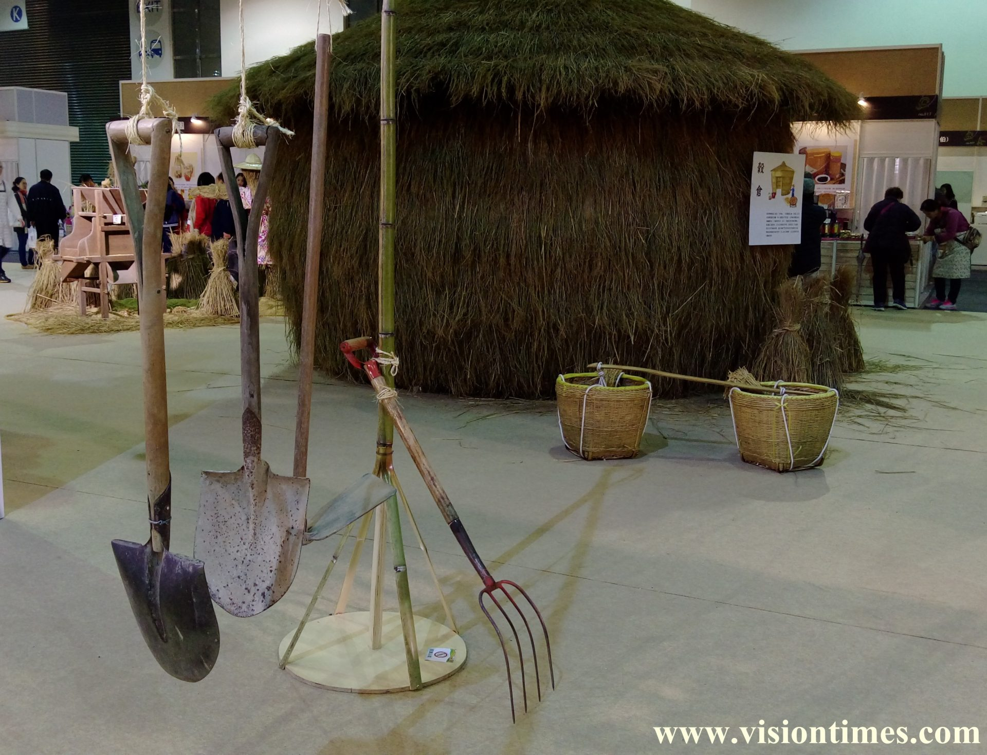 A barn made of straw and traditional tools used in Hakka villages at the Hakka Expo (Image: Julia Fu / Vision Times)