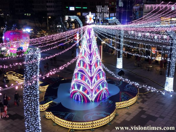 The glittering Christmas decorations at a shopping mall in Taipei City's Xinyi District (Image: Billy Shyu / Vision Times)