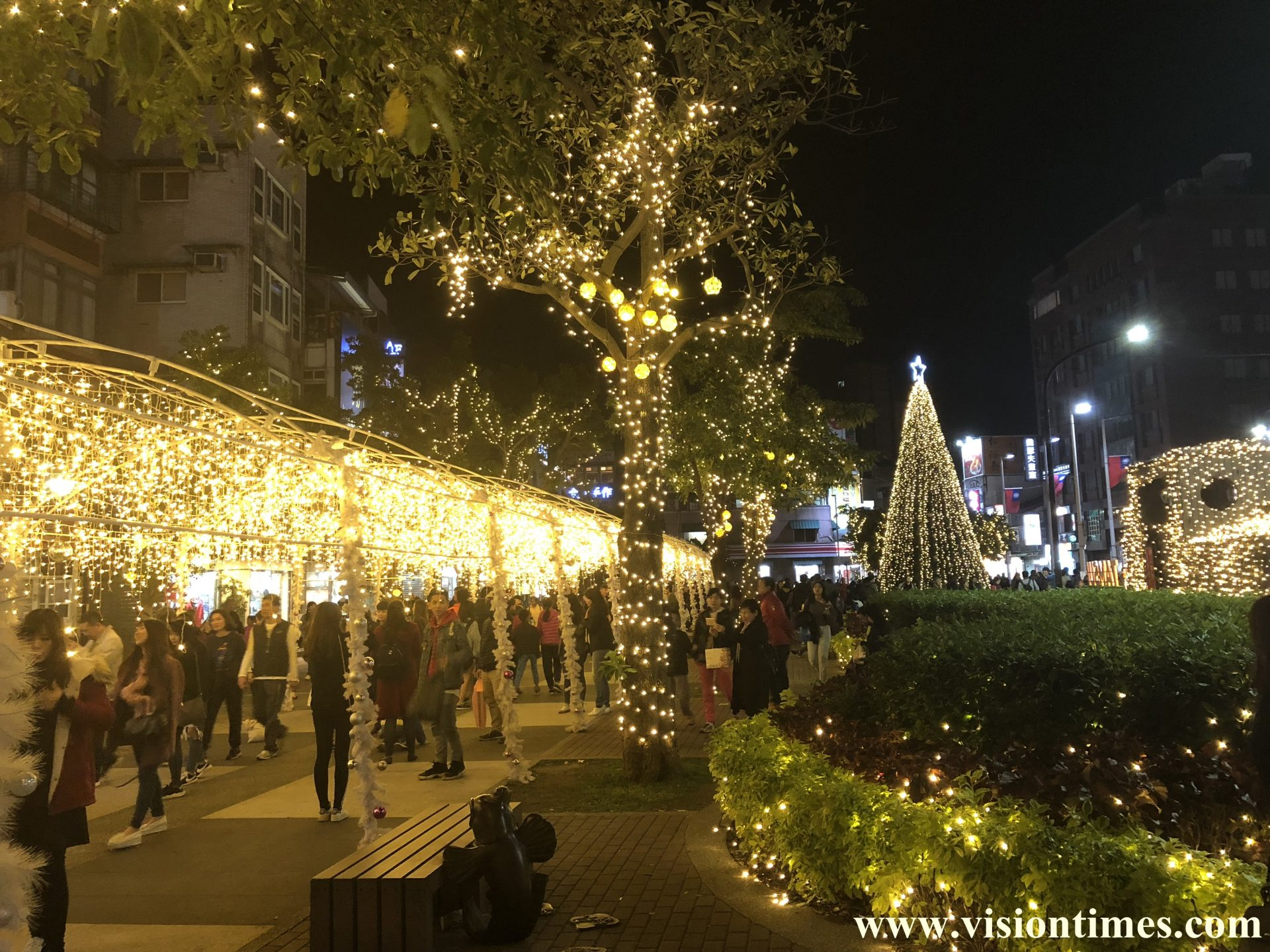 The Old Street in New Taipei City's Tamsui District is filled with Christmas atmosphere at night. (Image: Billy Shyu / Vision Times)