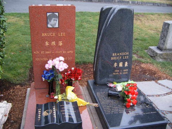 Bruce Lee is buried next to his son Brandon at Lake View Cemetery in Seattle, Washington. (Image: wikimedia / CC0 1.0)