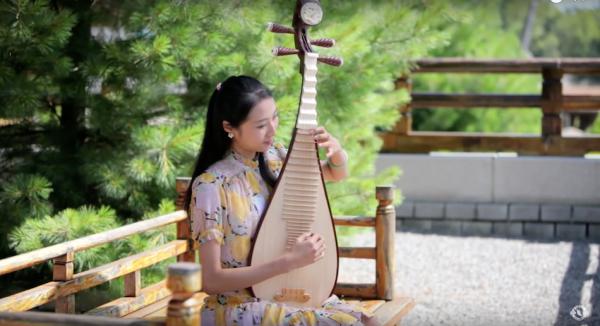 shen yun dancer chelsea chia plays pipa