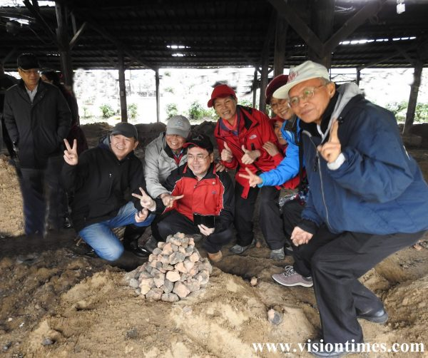 It takes teamwork to construct a kiln with clods of mud. (Image: Billy Shyu / Vision Times)