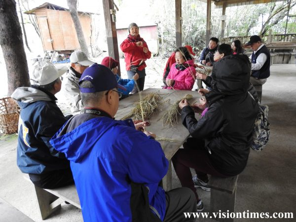 Visitors join a hands-on learning activity of making rice straw-knives . (Image: Billy Shyu / Vision Times)