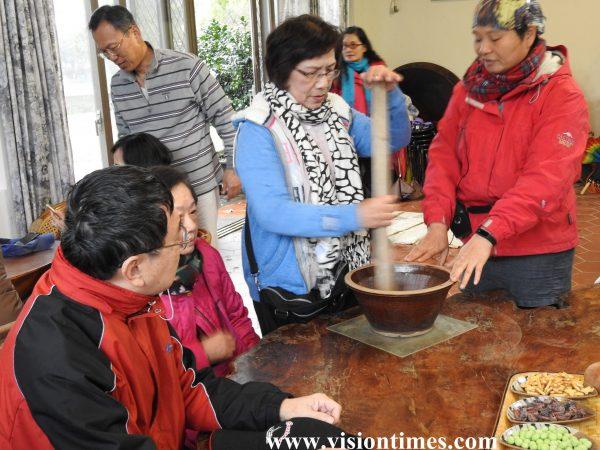 Visitors are making Hakka Lei Cha at a leisure farm. (Image: Billy Shyu / Vision Times)
