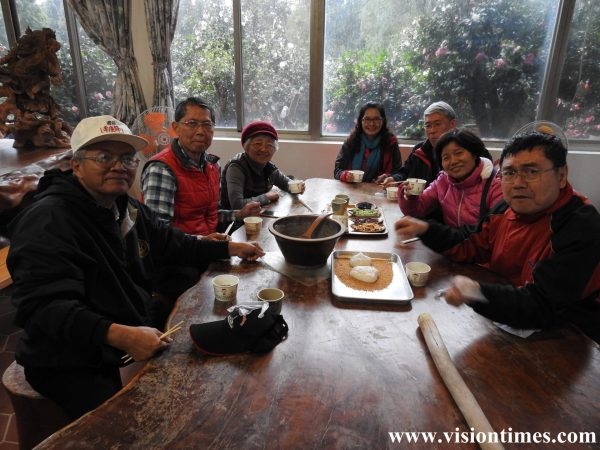 Visitors appreciate the Hakka Mochi (sticky rice cake) and Lei Cha made by themselves at a leisure farm. (Image: Julia Fu / Vision Times)