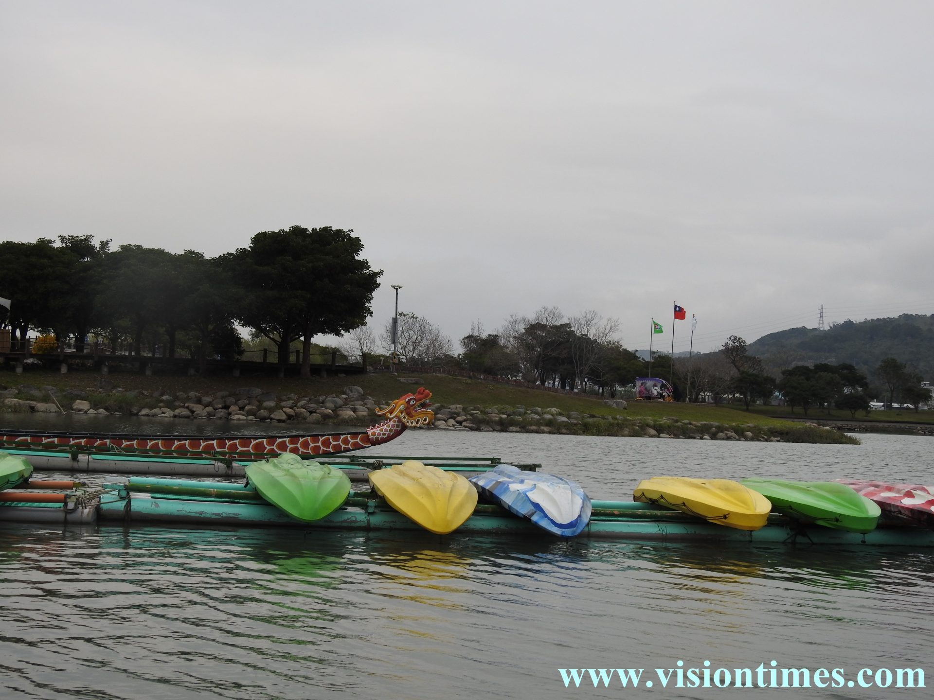 Visitors can have a boat ride at Dapo Pond (大坡池), and bike on the trails around the Pond. (Image: Julia Fu / Vision Times)