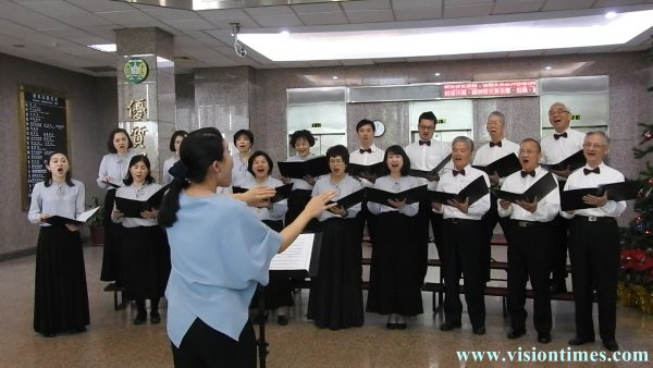 """Taiwan Customs Choir performs a classical Taiwanese song """"Bon Voyage (快樂的出帆)"""" at the New Year flash mob. (Image: Billy Shyu / Vision Times)"""