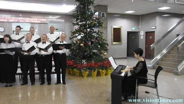 Taiwan Customs Choir performs the New Year flash mob at the lounge of the Customs Building on January 25, 2018. (Image: Billy Shyu / Vision Times)