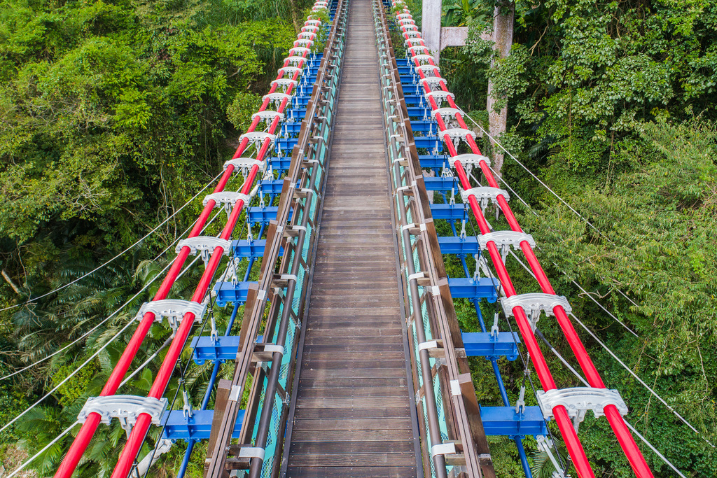 Visitors can overlook the beautiful Xikou Terrace and the elegant suspension bridge from the Jiaobanshan Park. (Image: Taoyuan City Government)