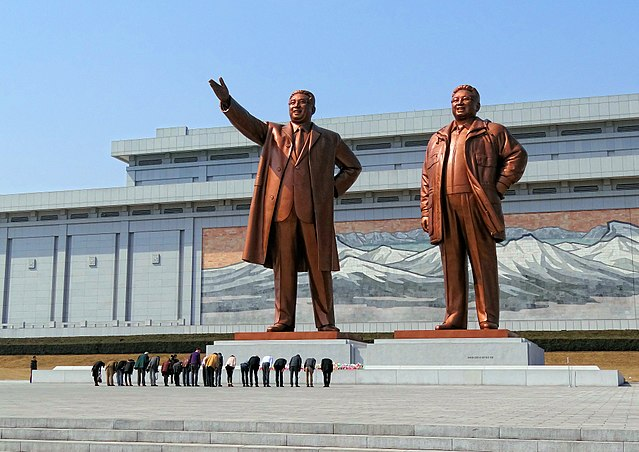 All tour groups are asked to solemnly bow and lay flowers on one or two occasions in front of statues of Kim Il Sung when visiting monuments of national importance. (Image: Bjørn Christian Tørrissen via wikimedia / CC BY-SA 3.0)
