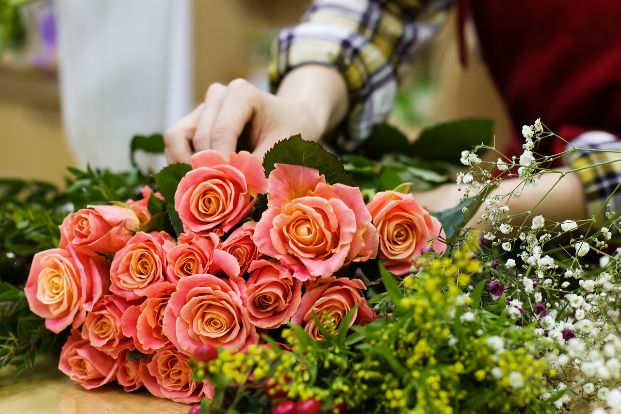 Giving flowers to someone on Valentines Day become a favorite gift to give to the one you love with a message. (Image: pixabay / CC0 1.0)