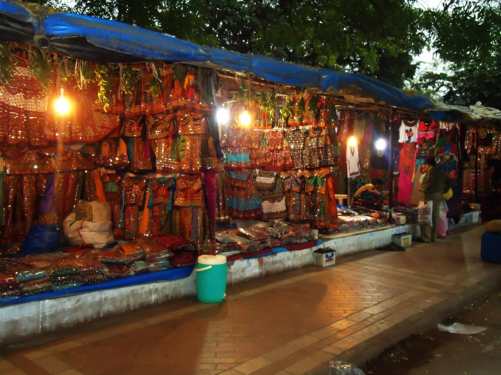 There is a wide network of shopping streets in the city where you can find traditional dresses, souvenirs, and local artwork. (Image:Jaimil joshiviawikimediaCC BY-SA 3.0)