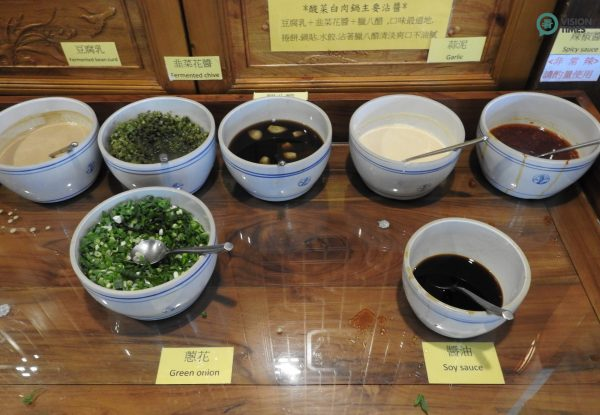 Dipping sauce is something indispensable for eating hot pot. (Image: Billy Shyu / Vision Times)