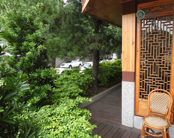 The restaurant is like a tiny palace surrounded by lush pine trees. (Image: Billy Shyu / Vision Times)