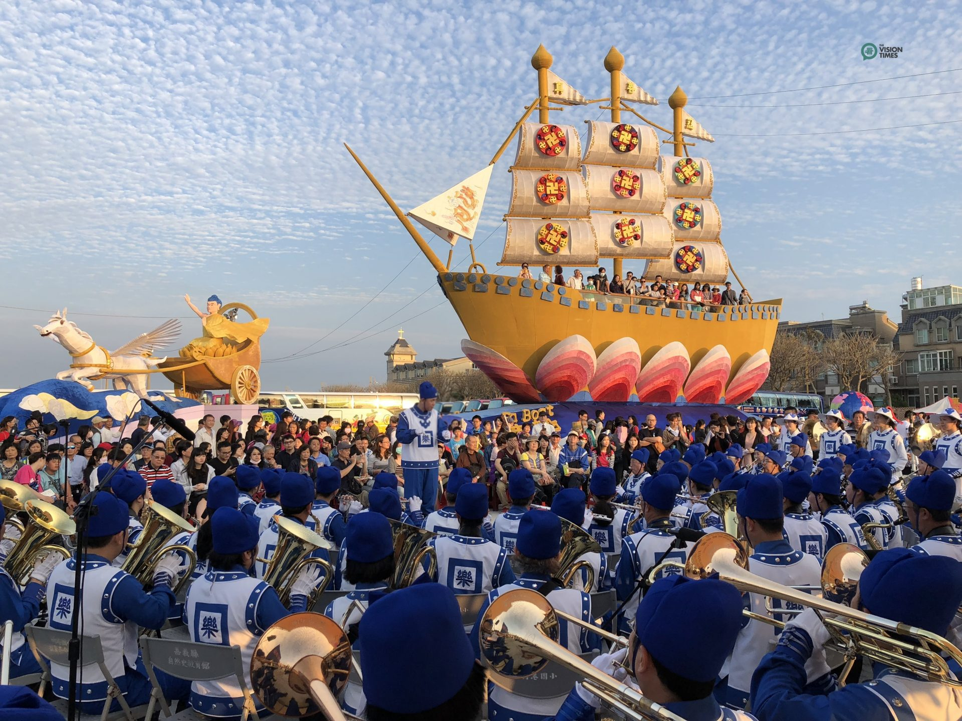 The grand Fa Boat provided by the Taiwan Falun Dafa Association is one of the most popular lanterns at the 2018 Taiwan Lantern Festival. (Image: Billy Shyu / Vision Times)
