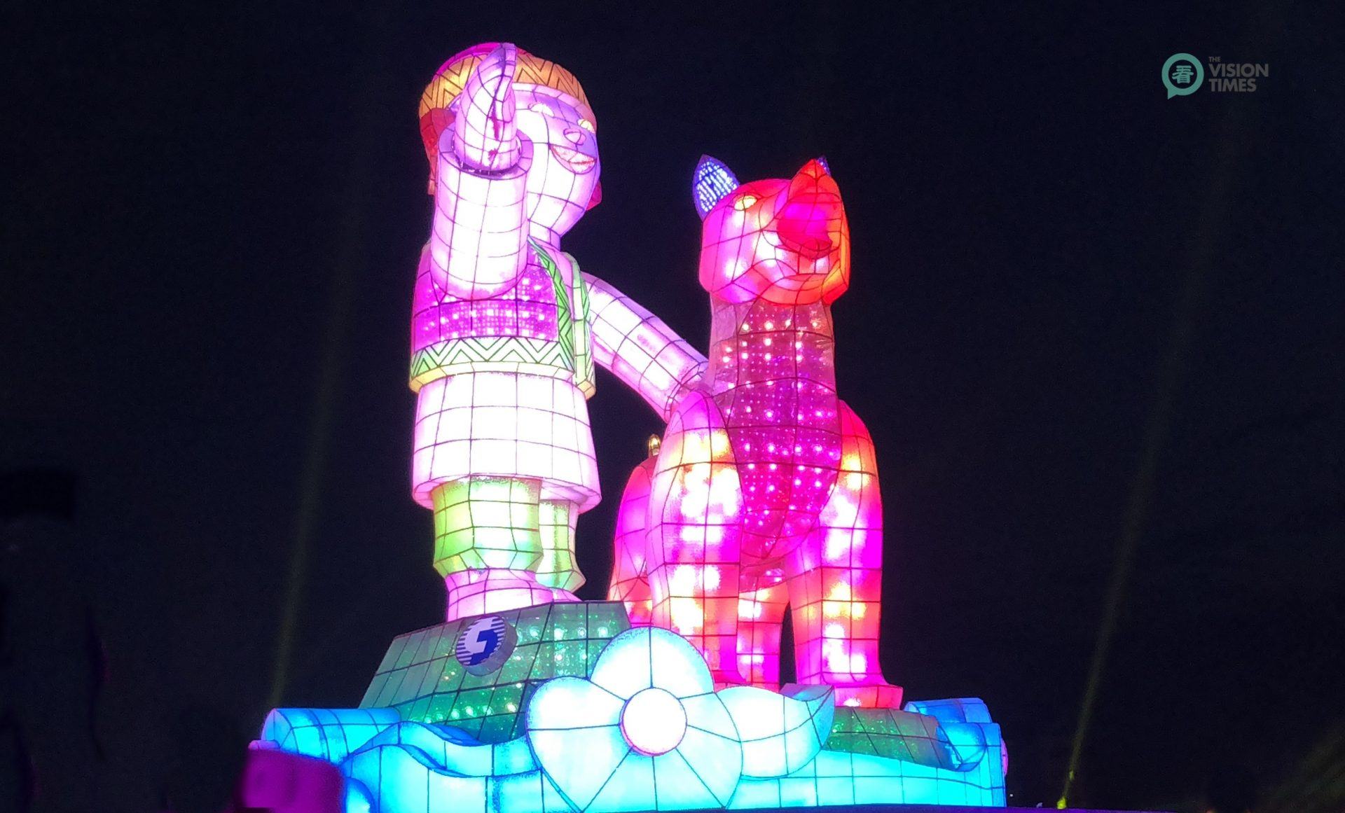 The Main Lantern symbolizes a smiling indigenous child standing on Alishan along with his loyal indigenous Taiwanese dog. (Image: Billy Shyu / Vision Times)
