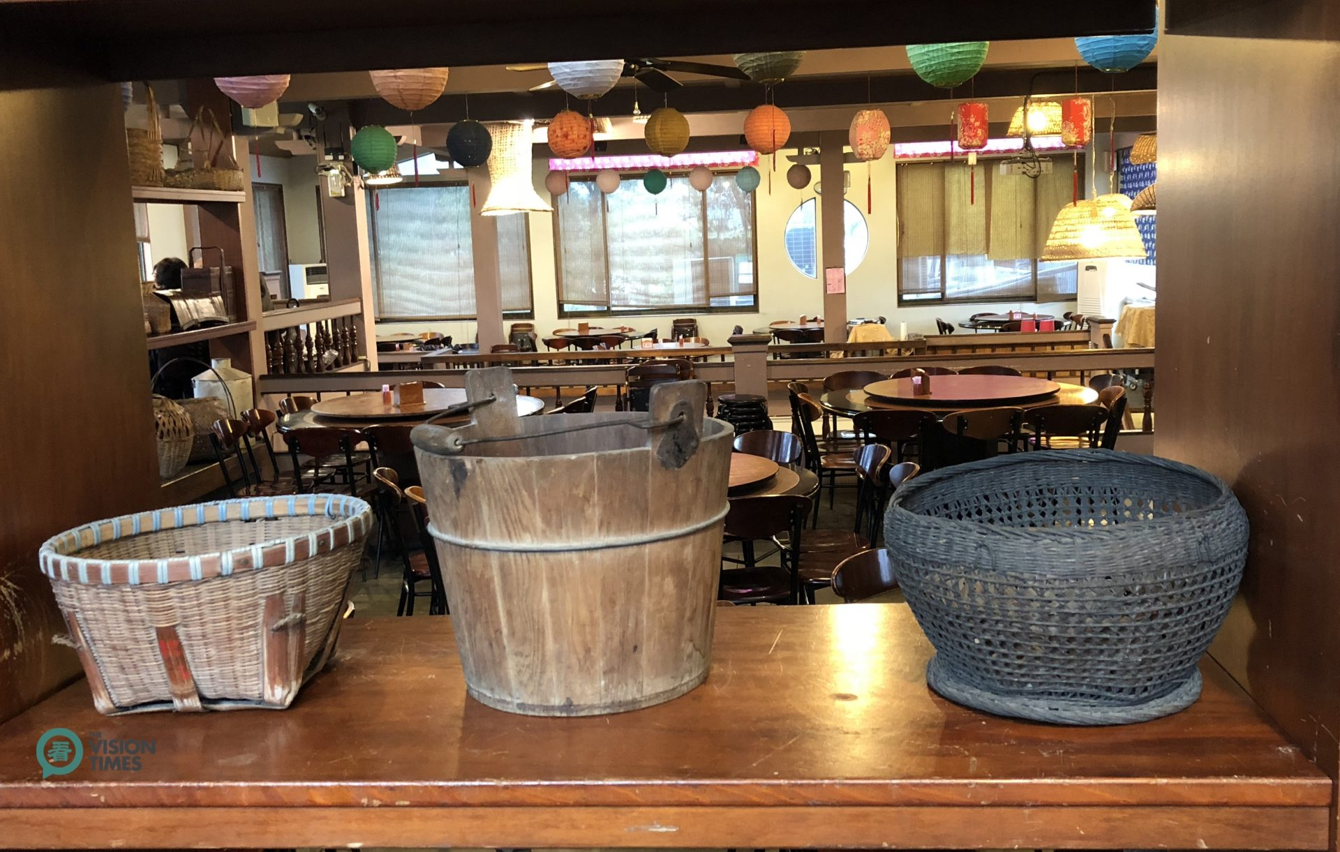 There are many old bamboo articles displayed in Jujube House Restaurant. (Image: Julia Fu / Vision Times)