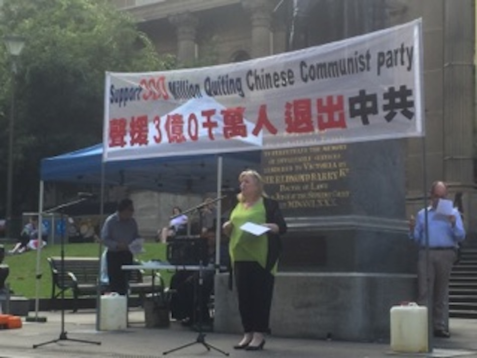Leigh Smith speaking out about the 300 million Chinese People who have quit the CCP. Photo by Patrick Murphy.
