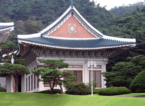 A building on the grounds of Cheong Wa Dae. (Image: Steve46814 via wikimedia CC BY-SA 3.0)