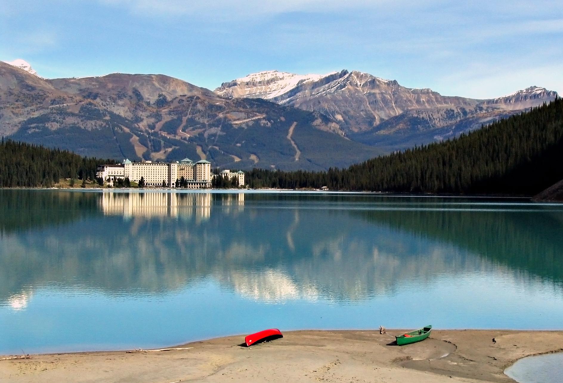 The Lake Louise Mountain Resort, Lake Louise, Canada. (Image: wikimedia / CC0 1.0)