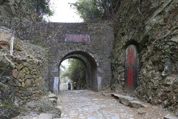 The ancient Mei Pass, one of China's vital thoroughfares, was constructed by Zhang Jiuling circa 700 AD. (Image Zhangzhugang / CC BY 3.0)