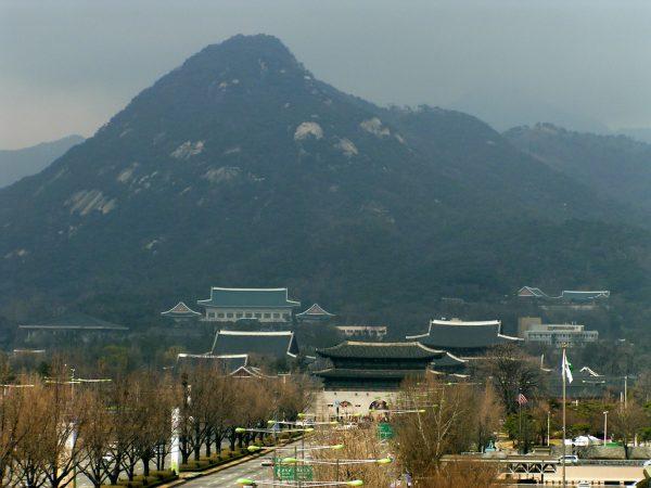 View over the Gyeongbokgung and the Blue House at the foot of Bukaksan. (Image: rabbble via flicker CC BY-SA 2.0)