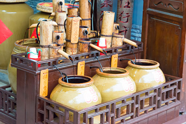 According to traditional Chinese medical studies, vinegar itself can detoxify and kill germs. (Image: pixabay / CC0 1.0)