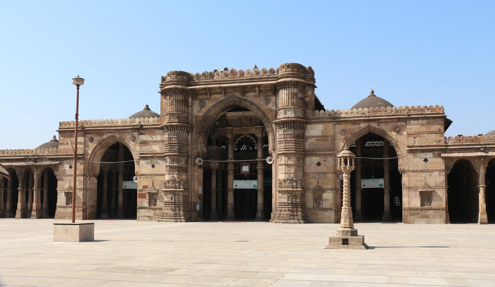 Ahmedabad, itself, has multiple historical wonders, such as the Jama Masjid built in yellow sandstone, which is as magnificent as the Jama Masjid in New Delhi. (Image:BgagviawikimediaCC BY-SA 3.0)