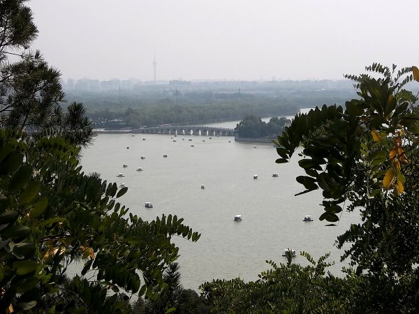 It's said that the eastern Kunming shoreline, the bridge, and Nanhu Island, together signify a turtle – with the island as its head, the bridge as its neck, and the coastline as the turtle shell – which represents longevity. (Image: wikimedia / CC0 1.0)