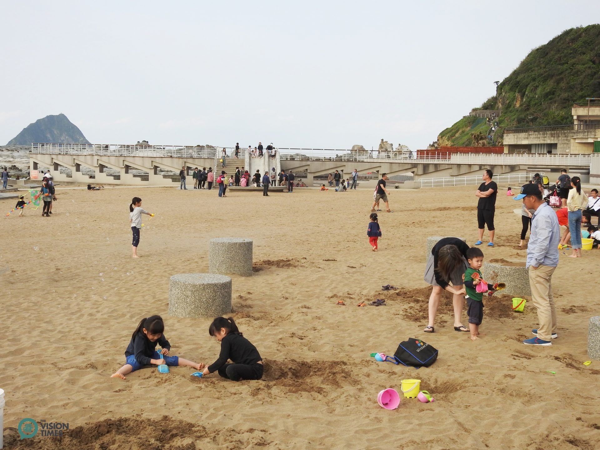 Peace Island Coastal Park has a large sandy playground for kids to play in. (Image: Billy Shyu / Vision Times)
