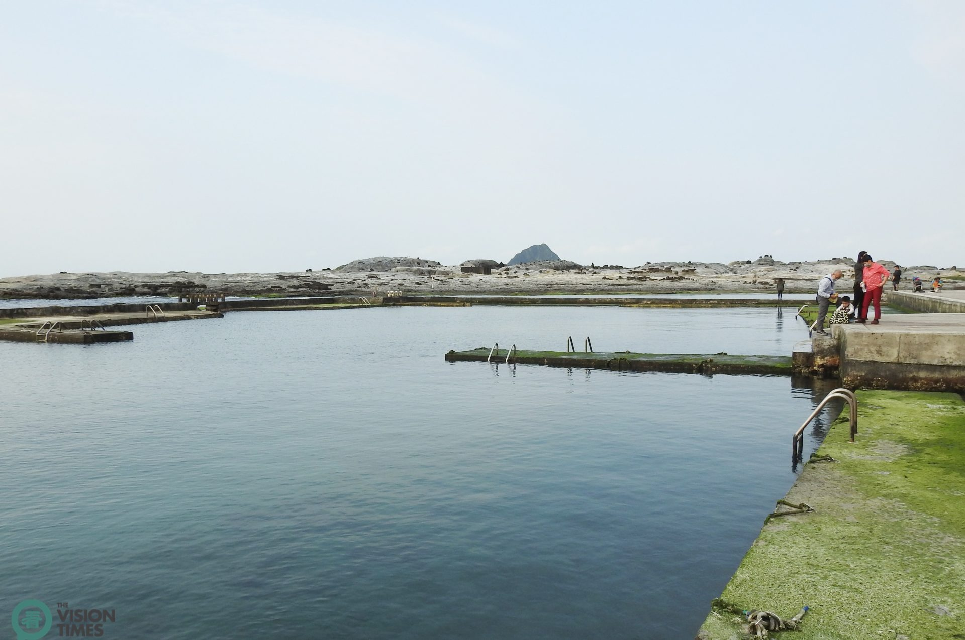 There are two small abalone fields-transformed swimming pools next to the ocean. (Image: Billy Shyu / Vision Times)