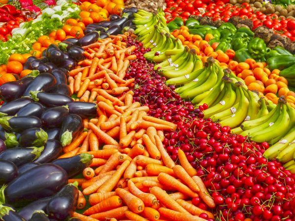 Go out of your way to pick fruits and vegetables of bright colors. (Image: pixabay / CC0 1.0)