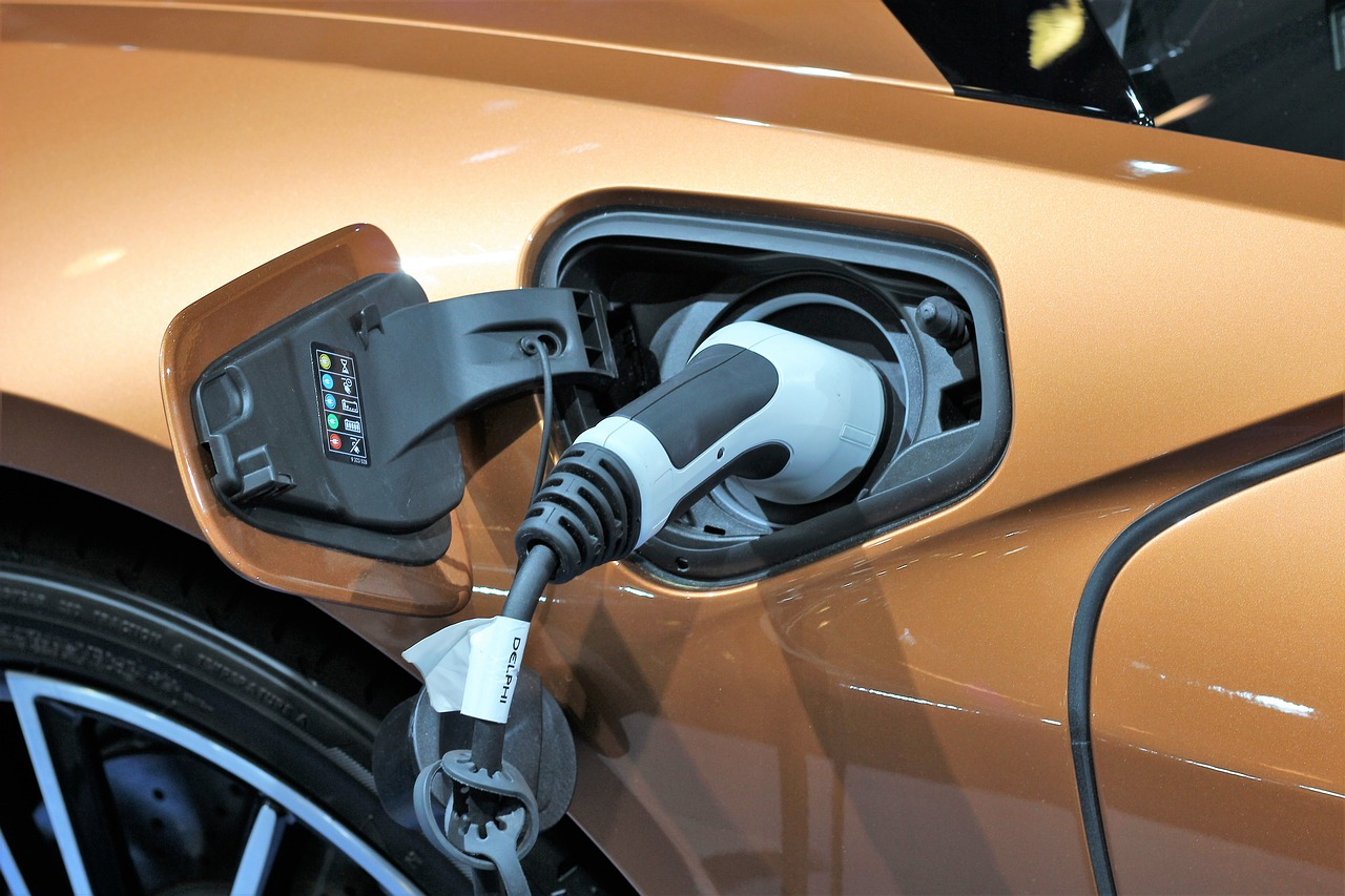 Fully electric cars have eliminated gasoline engines in favor of an electric engine powered by an enormous battery pack. (Image: pixabay / CC0 1.0)