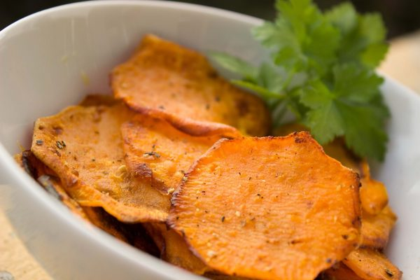Make your own sweet potato chips and season them with chili powder, black pepper, or paprika. (Image via pixabay / CC0 1.0)