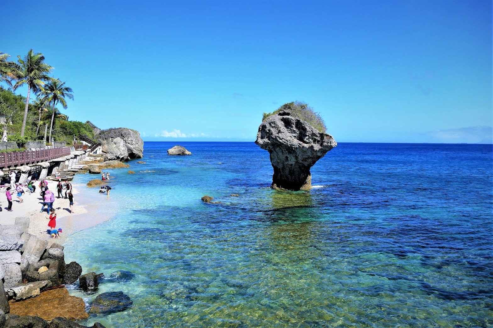 Vase Rock (花瓶石) in Liuqiu is often the first destination for visitors. (Image: Courtesy of Xue Jiancheng)