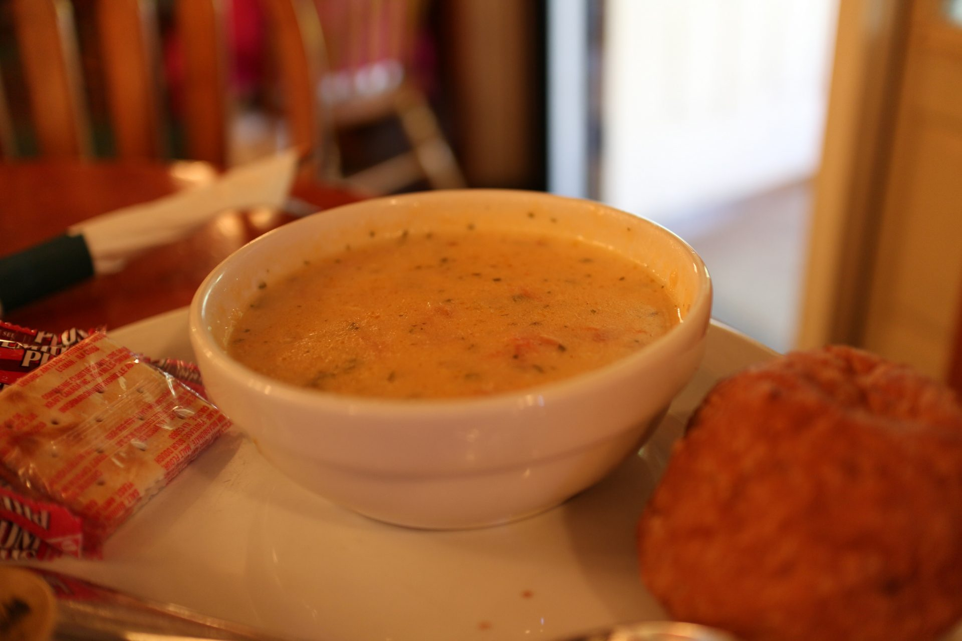A Maine chowder is a brothy, milky soup full of fish, potato, and onions. (Image: Elsie Hui via flickr CC BY 2.0 )