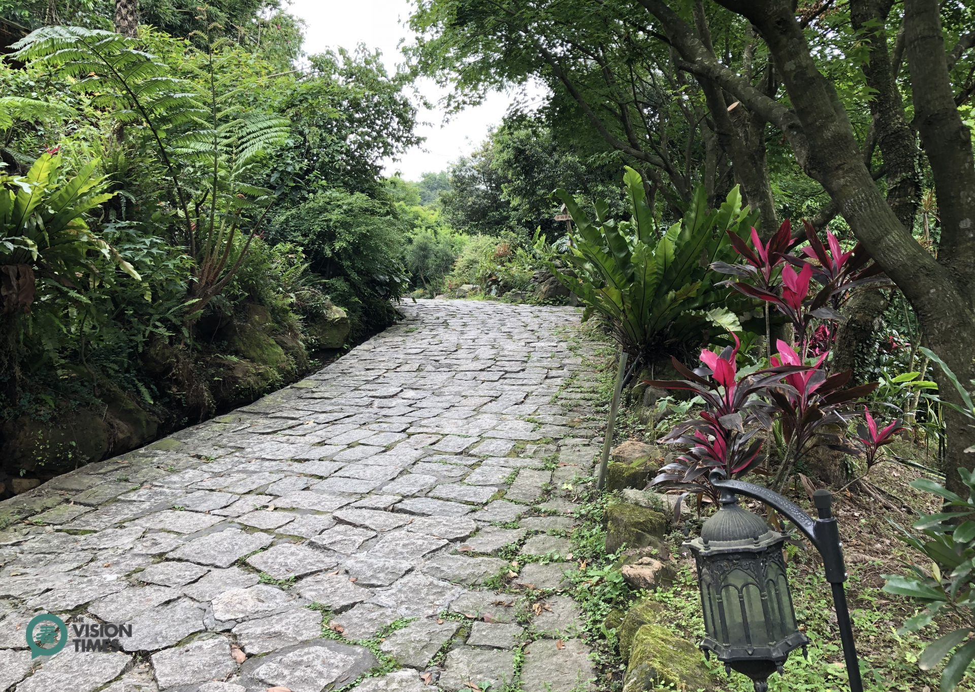 The walking path leading to the entrance of Fangyu Farm. (Image: Billy Shyu / Vision Times)