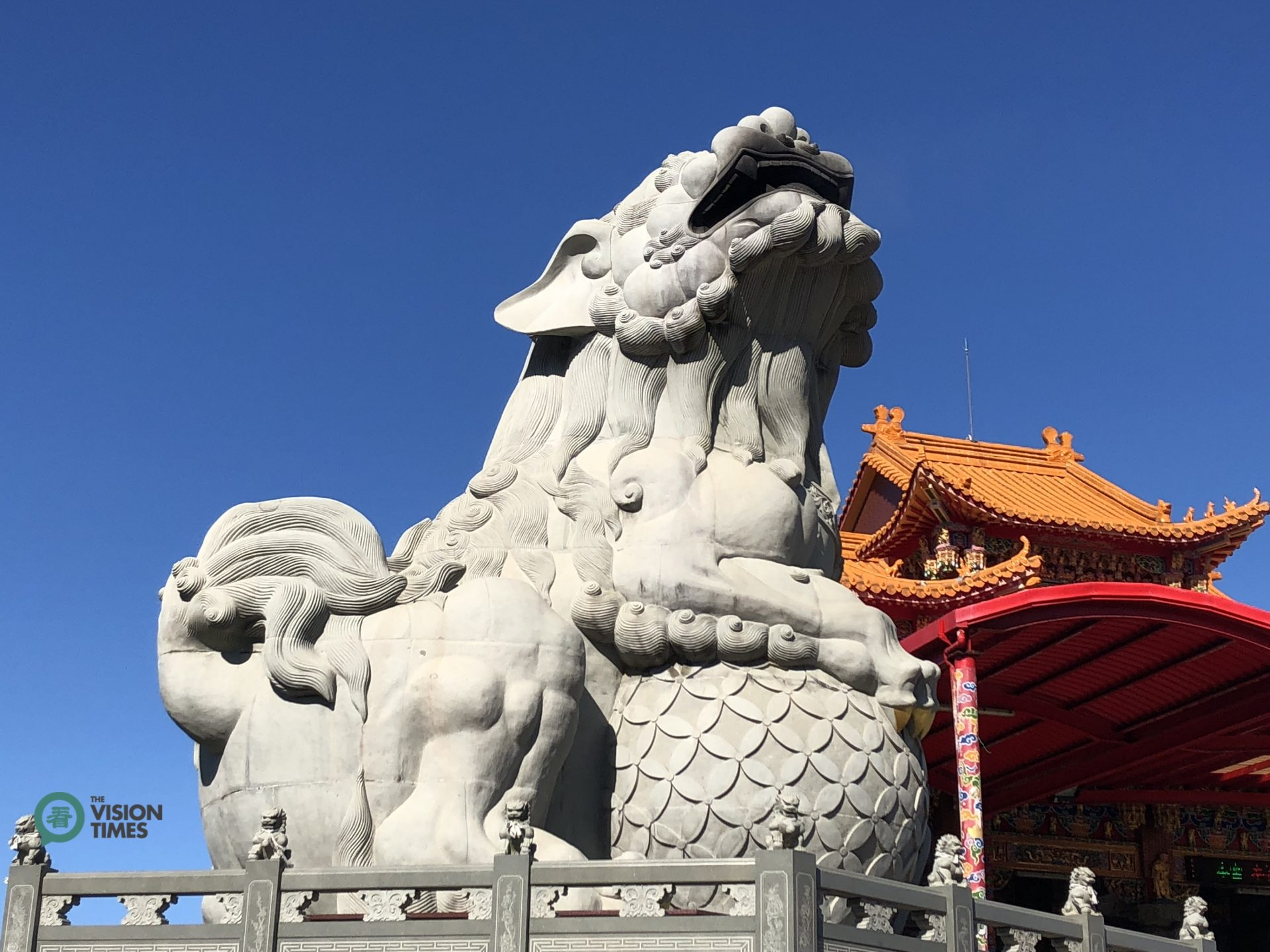 The giant stone lion sculpture at Luqiu's Fuan Temple. (Image: Julia Fu / Vision Times)