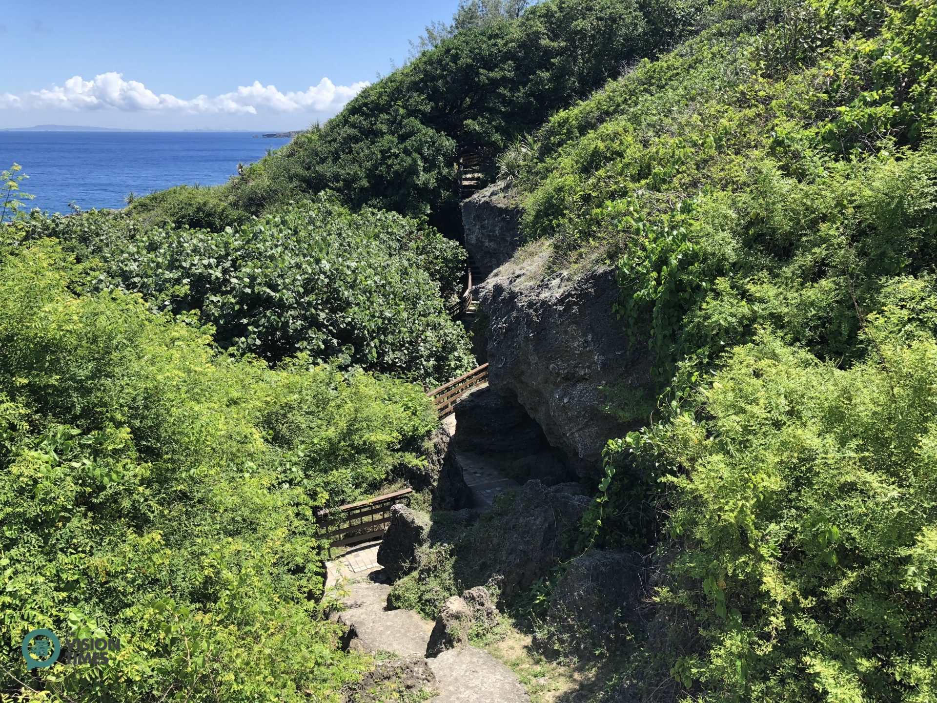 A picturesque hiking trail at the Black Dwarf Cave in Liuqiu. (Image: Billy Shyu / Vision Times)