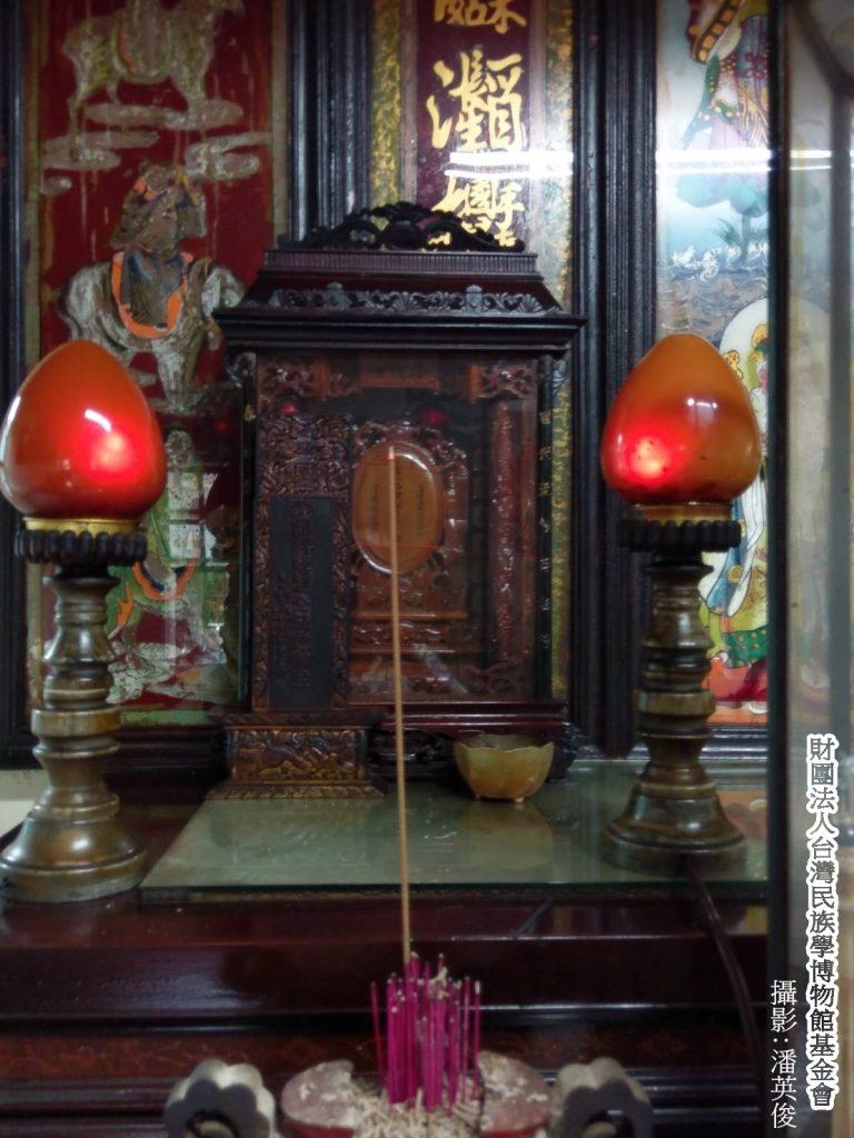 Worship ancestors with incense. (Image: Pan Ying Jun)