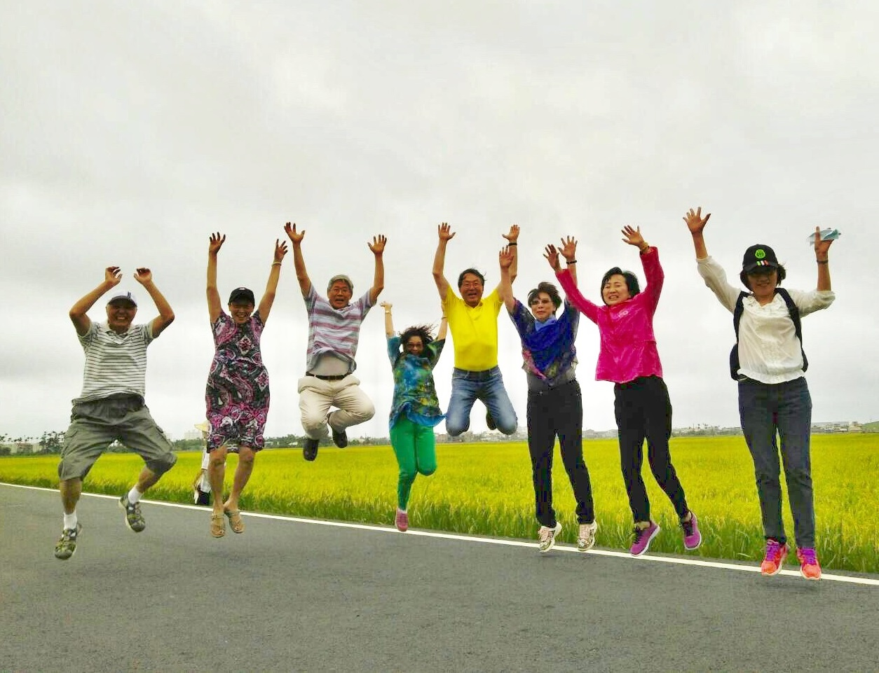 A group of visitors are having fun at Mr. Brown Avenue (伯朗大道) in Yilan. (Image: Courtesy of Liu Lichuan)