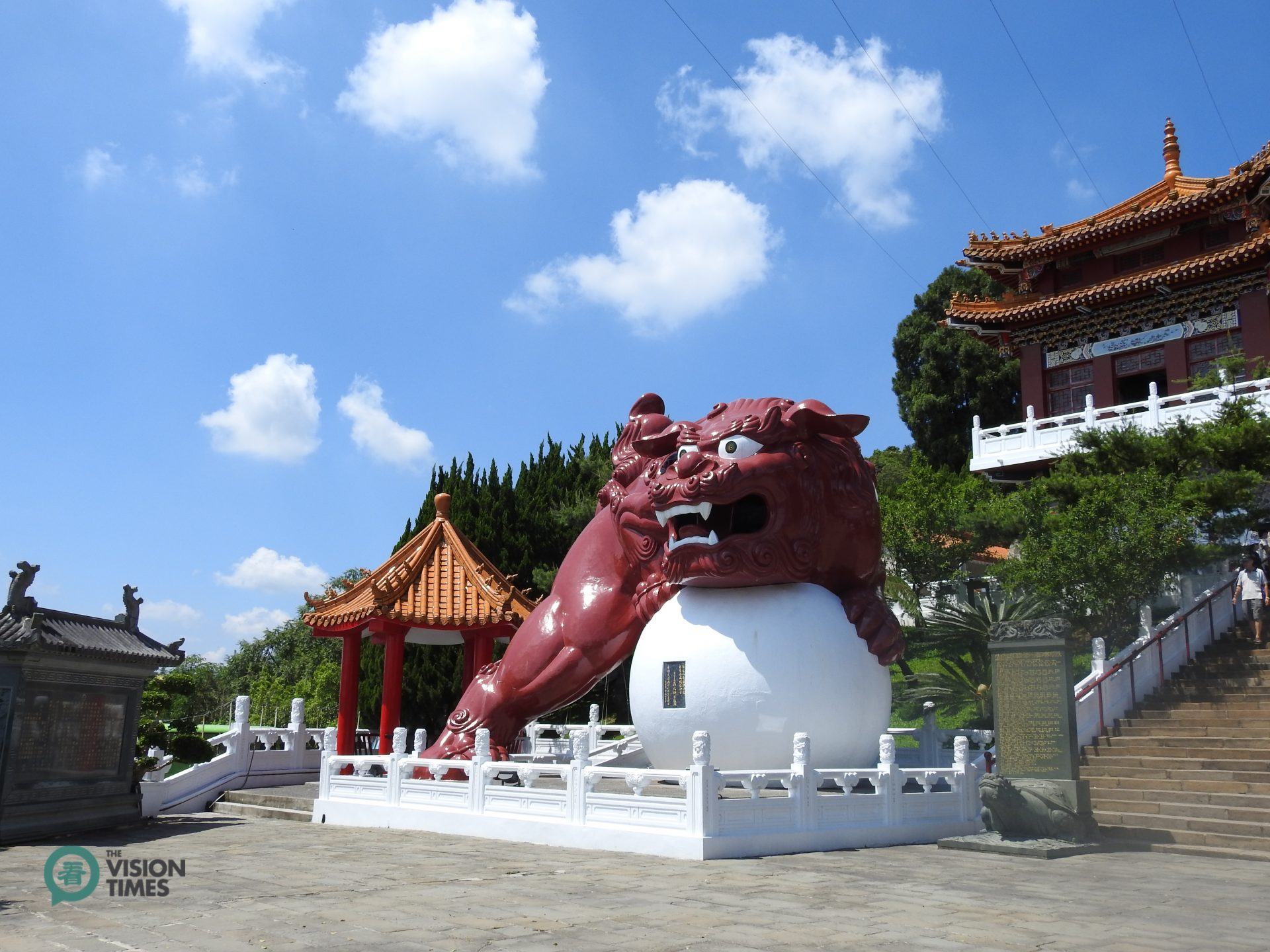 There are two giant Chinese guardian lions on the two sides of Wenwu Temple (Image: Billy Shyu / Vision Times)