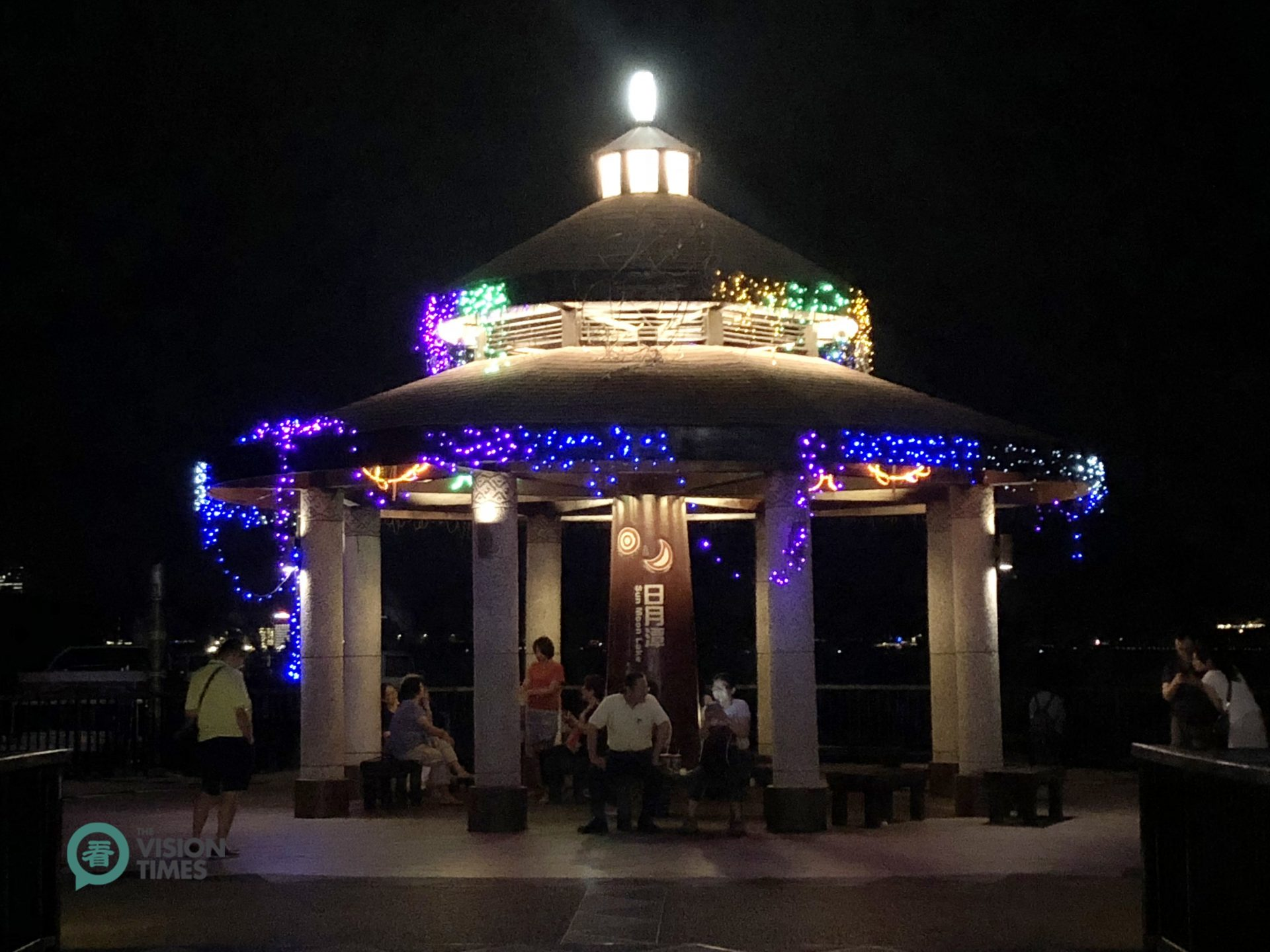 The pavilion at Ita Thao Pier is a great location to enjoy the night view of the lake and breez. (Image: Billy Shyu / Vision Times)