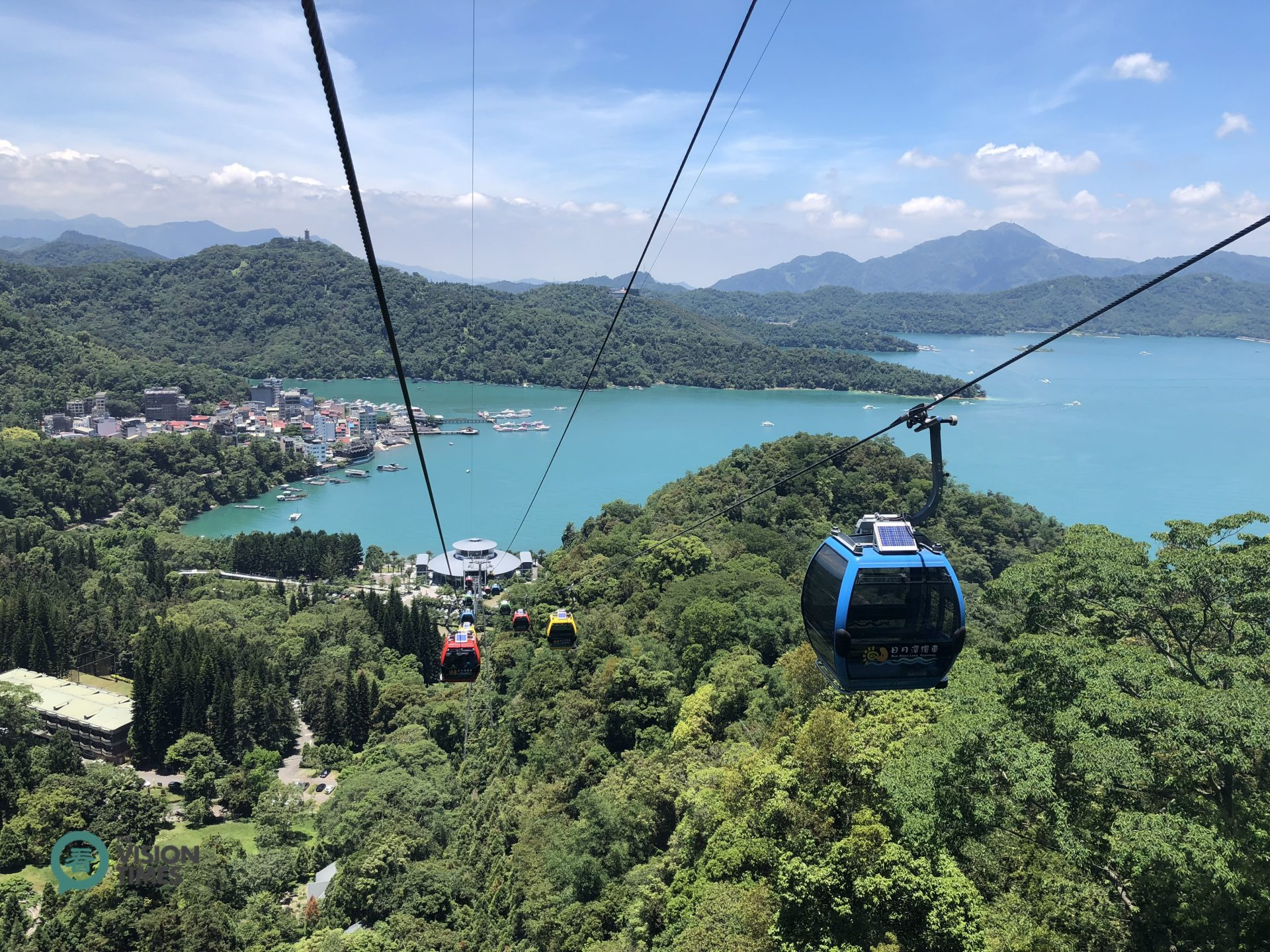 Visitors can take a cable car to overlook the beautiful scenery of Sun Moon Lake and the mountains around. (Image: Julia Fu / Vision Times)