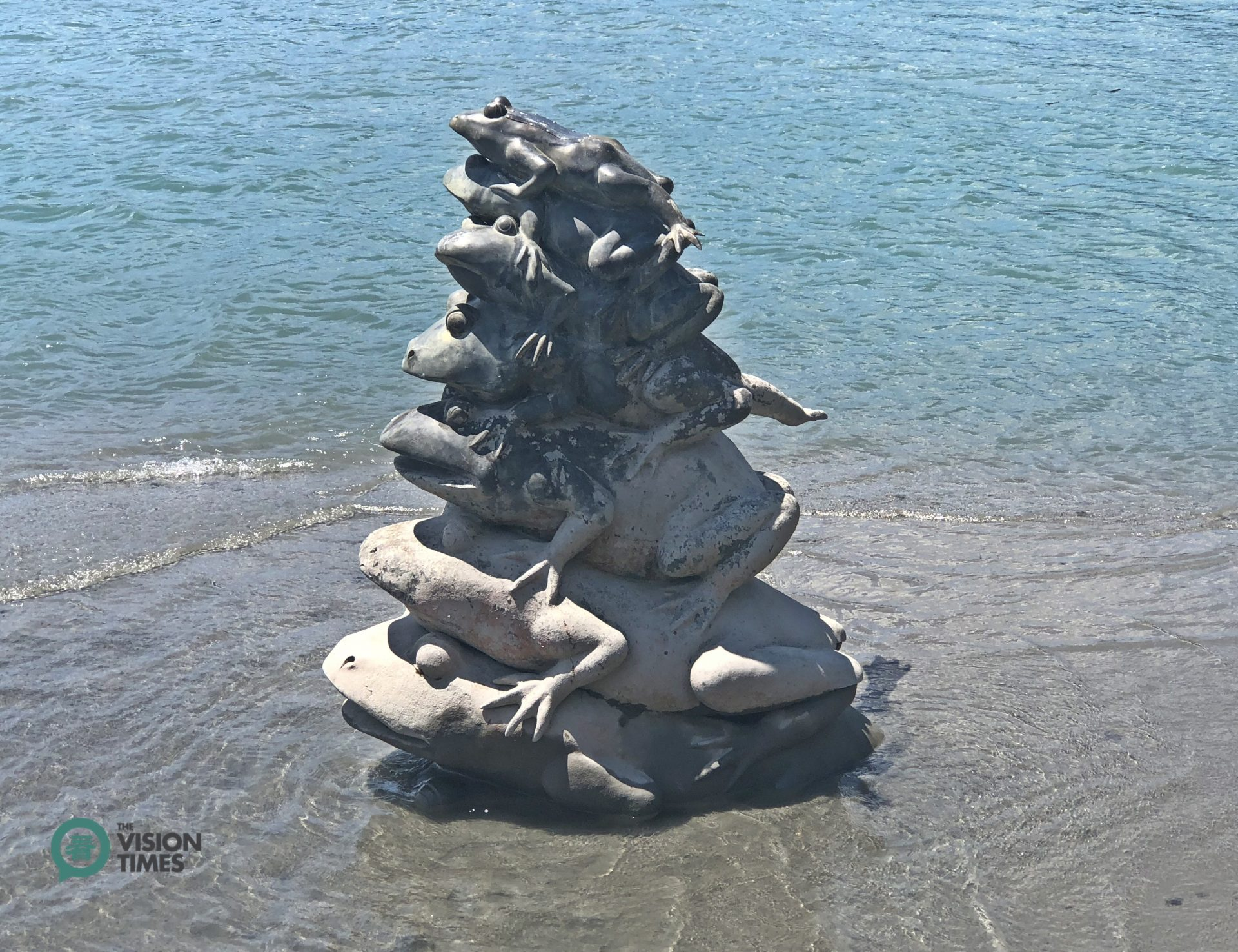 The statue of nine stacked frogs at Sun Moon Lake's Shueiuatou (水蛙頭).(Image: Billy Shyu / Vision Times)